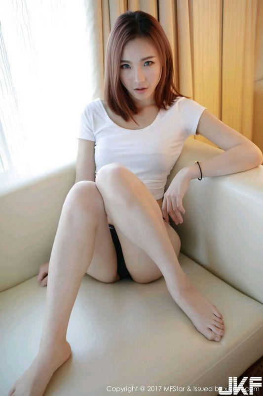 美女主播Hana妹居家白色背心黑色内裤秀蜜桃翘臀诱惑写真